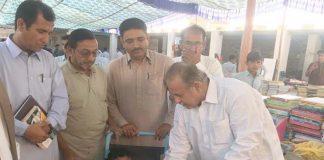 گوادر،کتب میلے میں سید سلطان خلیل اسپیشل طالب علم کو کتابوں کا تحفہ دے رہے ہیں ،ناصر سہرابی بھی موجود ہیں