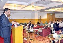 سندھ حکومت کے مشیر اطلاعات اور قانون بیرسٹر مرتضی وہاب سیمینار سے خطاب کر رہے ہیں