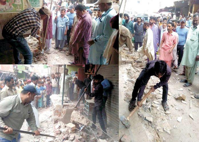 حیدر آباد: بلدیہ اینٹی انکروچمنٹ سیل لطیف آباد کا عملہ انچارج شکیل احمد کی سرکردگی میں تجاوزات مسمار کررہا ہے