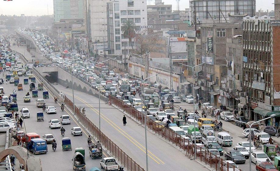 پشاور: شہر میں جاری ترقیاتی کام کے باعث جی ٹی روڈ پر ٹریفک جام کا منظر