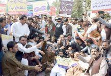 لاہور،پنجاب پرائیویٹ اسکولز ایسوسی ایشن کے تحت مال روڈ پر مطالبات کی عدم منظوری کیخلاف احتجاج کیا جارہا ہے