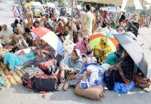 لاہور،مال رڈ پر لیڈی ہیلتھ وکرز مطالبات کی عدم منظوری کے خلاف دھرنا دیے بیٹھی ہیں