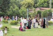 لاہور: تعطیل کے روز شہری باغ جناح میں سیر و تفریح کررہے ہیں