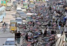 راولپنڈی: سیکتھ روڈ پر نوپارکنگ ایریا میں کھڑی گاڑیوں اور موٹر سائیکلوں کے باعث ٹریفک جام معمول بن گیا
