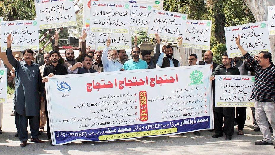 راولپنڈی: پاکستان ڈپلومہ انجینئر فیڈریشن لوکل گورنمنٹ اینڈ کمیونٹی ڈیولپمنٹ پنجاب کے کارکنان کچہری روڈ پر مطالبات حق میں مظاہرہ کررہے ہیں