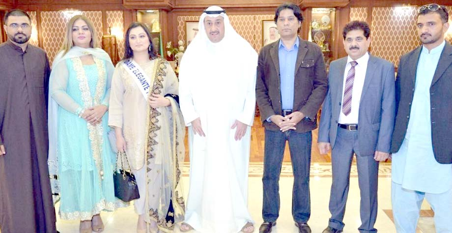 پاکستانی نڑاد فرانسیسی خاتون تبسم سلیم کا دورہ کویت کے موقع پر گورنر فروانیاہ شیخ فیصل الحمود اکے ہمراہ گروپ فوٹو