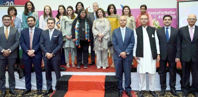 پاکستان اسٹاک میں عالمی یوم خواتین پر شرکاء کاچیئرمین ایس ای سی پی فرخ سبزواری کے ساتھ گروپ