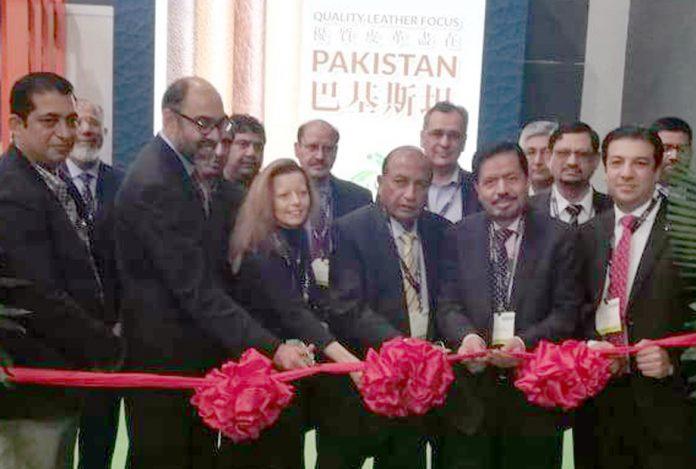 ایس ایم منیر ہانگ کانگ میں منعقدہ اے پی ایل ایف کے پاکستان پویلین کا افتتاح کررہے ہیں