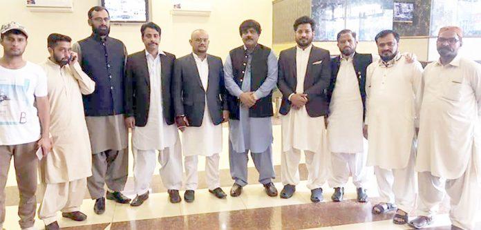 آل پاکستان جیولرز مینوفیکچرز ایسوسی ایشن کی تقریب میں عبدالرحمن موتی والا اور شرکا کا گروپ فوٹو
