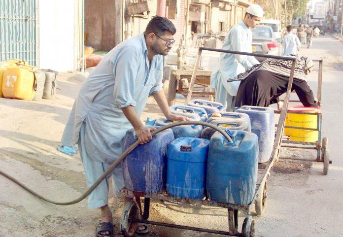 لیاری کے علاقے میں پانی کے مصنوعی بحران کے سبب شہری پانی کے حصول کیلیے سرگرداں ہیں