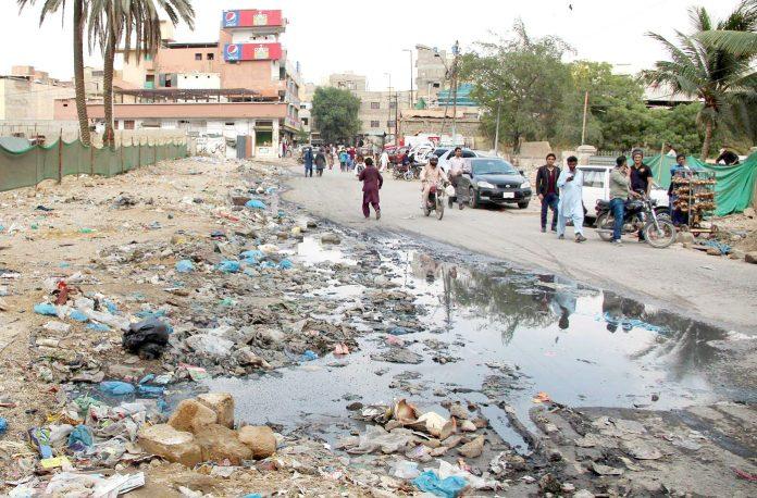 لائنز ایریا میں سڑک کنارے سیوریج کے پانی کی وجہ سے راہگیروں کو پریشانی کا سامنا ہے