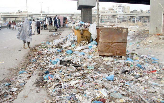 تین ہٹی پل کے فٹ پاتھ پر کچرا کا ڈھیر راہگیروں کیلیے پریشانی کا سبب بنا ہوا ہے