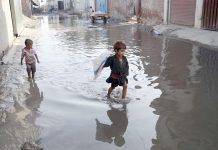 لاہور: افغان بستی میں ایک گلی میں سیوریج کا پانی جمع ہے جو تعفن اور امراض کا سبب ہے