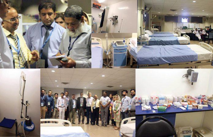کراچی: پی ایس ایل 4 کے سلسلے میں نیشنل اسٹیڈیم کراچی میں قائم کیے گئے عارضی اسپتال کے انچارج نمائندہ جسارت سے گفتگو کرتے ہوئے ،آلات اوراسٹاف کا گروپ فوٹو