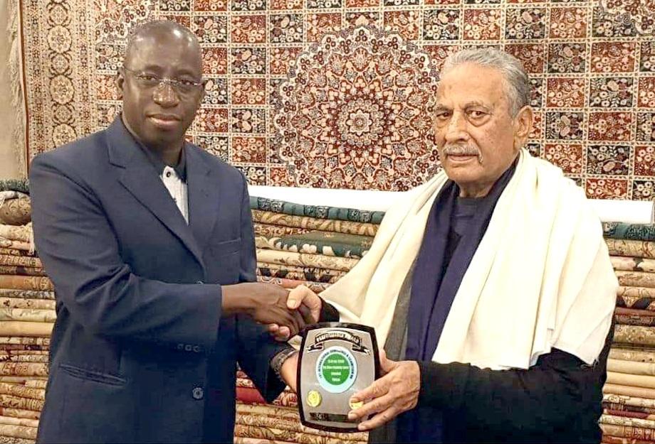 گھانا کے سفارتکارمحمد کرانڈی کو گھانا کے قونصل جنرل شاہد رشید بٹ شیلڈ پیش کررہے ہیں