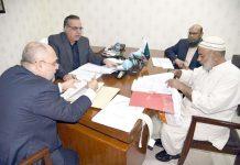 گورنر سندھ عمران اسماعیل گورنر ہاؤس کمپلین سیل میں لوگوں کی شکایات سن رہے ہیں