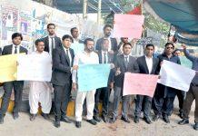 سو ل سوسائٹی کے ارکان پریس کلب کے سامنے اپنے مطالبات کے حق میں احتجاج کر رہے ہیں