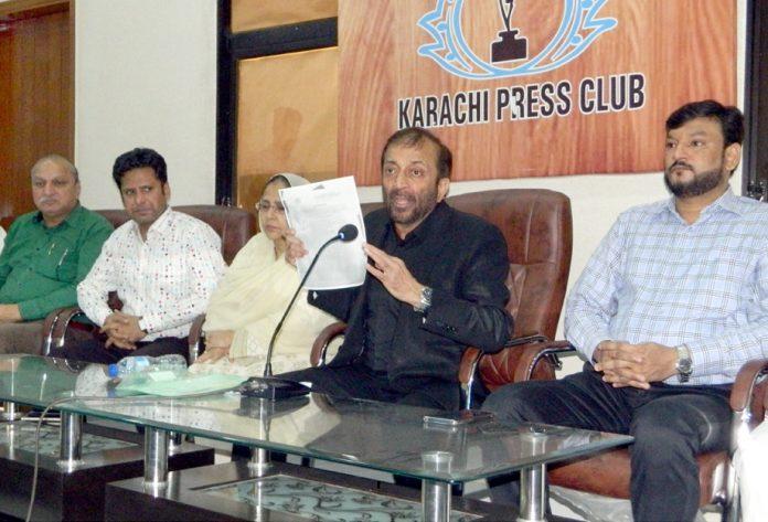 ڈاکٹر فاروق ستار تنظیم سازی کے حوالے سے پریس کلب میں پریس کانفرنس کر رہے ہیں (فوٹو: جسارت)