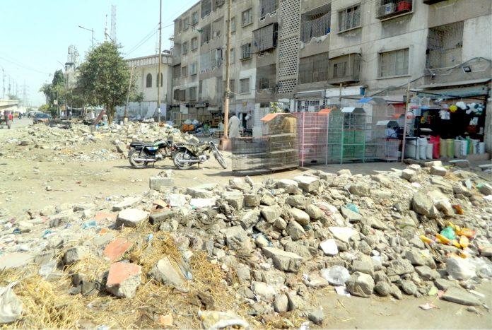 لیاقت آباد: فلیٹوں اور دکانوں کے سامنے مہینوں پہلے توڑی گئی دکانوں کا ملبہ پڑا ہوا ہے (فوٹو: جسارت)