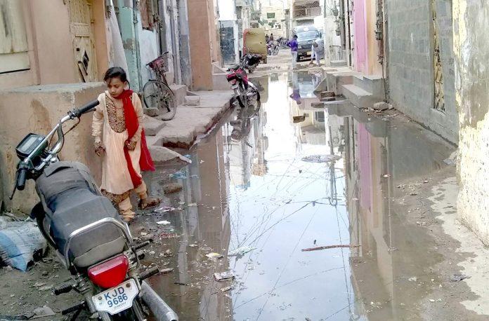 نیو کراچی سیکٹر 5-E : واٹر بورڈ کی نااہلی کے سبب گٹر کے پانی نے علاقہ مکینوں کو جینا دوبھر کر رکھا ہے