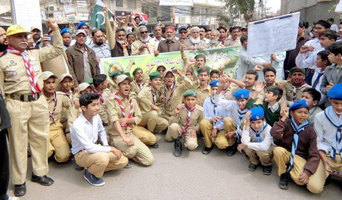 حیدر آباد: گورنمنٹ ارشاد بوائز اسکول کے طلبہ پریس کلب پر پاک فوج کی حمایت میں مظاہرہ کررہے ہیں
