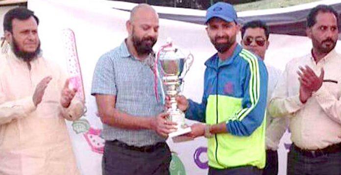 کراچی: چیمپئنز ٹرافی T-20 کرکٹ ٹورنامنٹ کی فاتح ٹیم انوویٹرز کرکٹ کلب کے کپتان ٹرافی وصول کرتے ہوئے