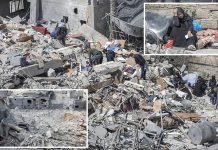 غزہ: تباہ ہونے والی عمارتوں کے مکین ملبے میں اپنا سامان تلاش کررہے ہیں' متاثرہ خاتون اداس بیٹھی ہے