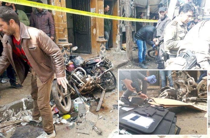 ادلب: سرحدی شہر الباب میں موٹر سائیکل میں نصب بم پھٹنے کے بعد جائے وقوع سے شواہد اکٹھے کیے جارہے ہیں