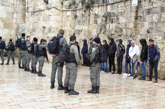 مقبوضہ بیت المقدس: قابض اسرائیلی فوج فلسطینی نوجوانوں کو باب رحمت کے احاطے سے نکال کر شناخت پریڈ کررہی ہے