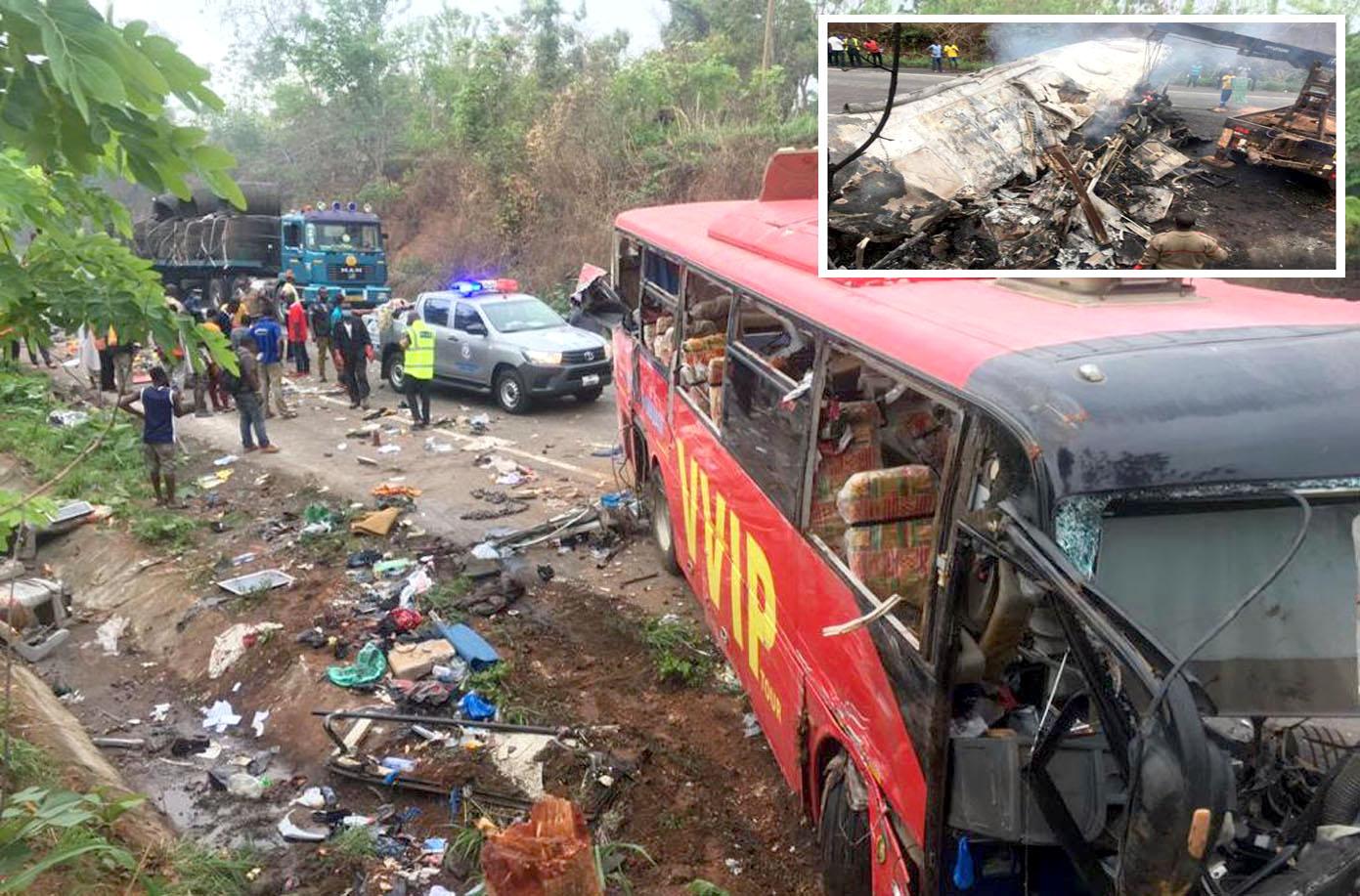 گھانا: حادثے کا شکار ہونے والی بسیں جل کر تباہ ہوگئی ہیں' مسافروں کا سامان سڑک پر بکھرا ہوا ہے