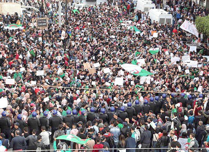 الجزائر: صدر بوتفلیقہ کے خلاف بڑے پیمانے پر احتجاجی مظاہرہ کیا جا رہا ہے