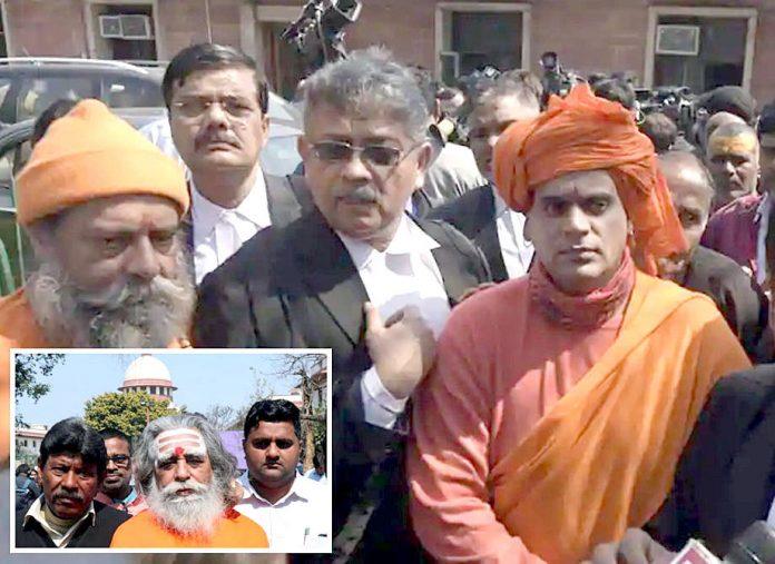 نئی دہلی: ہندو انتہاپسند رہنما بابری مسجد کیس کی سماعت پر سپریم کورٹ کے باہر موجود ہے