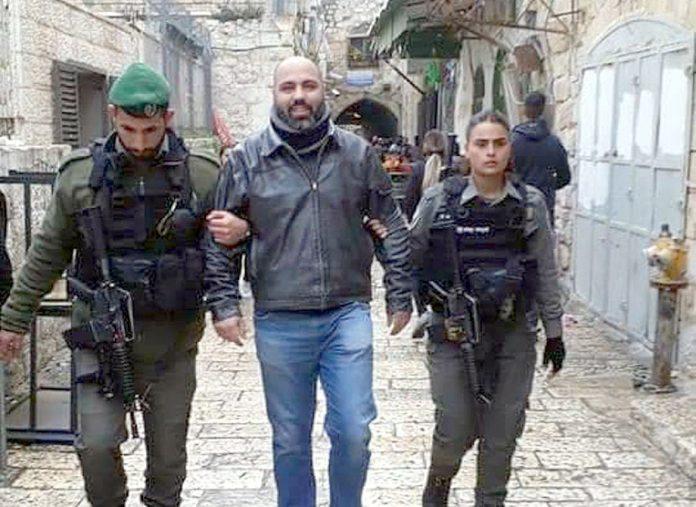 مقبوضہ بیت المقدس: صہیونی فوج مسجد اقصیٰ سے روکنے کے لیے فلسطینی شہری کو گرفتار کرکے لے جارہے ہیں