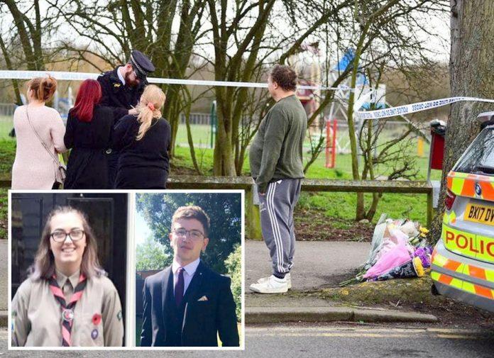 لندن: لوگ چاقو حملے کے مقام پر پھول رکھ رہے ہیں' چھوٹی تصاویر ہلاک ہونے والے نوجوانوں کی ہیں