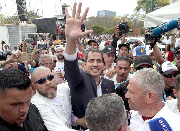 کراکس: وینزویلا کے خودساختہ صدر خوآن گوائیڈو وطن واپسی پر حامیوں کے درمیان موجود ہیں