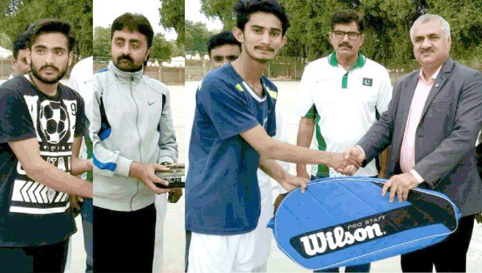 پاکستان ٹینس فیڈریشن کے نائب صدر خالد میل شمسی ٹنڈو جام میں ٹینس پلےئرز میں کٹ تقسیم کر رہے ہیں