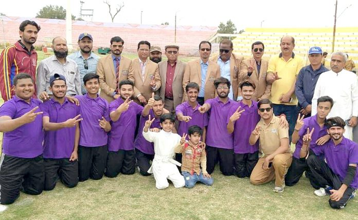 سندھ کالج گیمز انٹر ریجنل بوائز تھرو بال چیمپیئن حیدرآباد کی ٹیم کا ڈائریکٹر کالجز شہید بینظیر آباد پروفیسر صدیق انڑ کے ساتھ گروپ