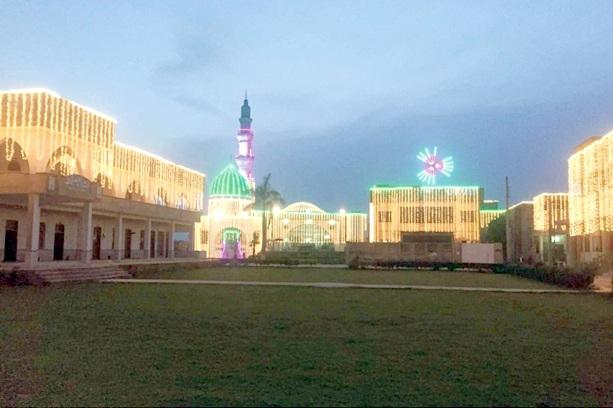 گجرات،شب معراج کے سلسلے میں برقی قمقموں سے سجی مسجد کا خوبصورت منظر