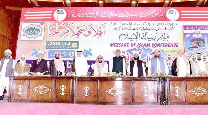 اسلام آباد: پیغام اسلام کانفرنس کے موقع پر صدر عارف علوی، امام کعبہ شیخ عواد الجہنی ودیگر قومی ترانے کے احترام میں کھڑے ہوئے ہیں
