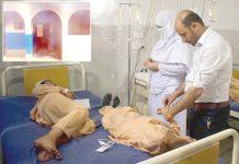 پشاور: پولیو قطروں سے متاثربچے اسپتال میں زیرعلاج ہیںِ چھوٹی تصویر میں نذرآتش کیا گیا مرکز صحت