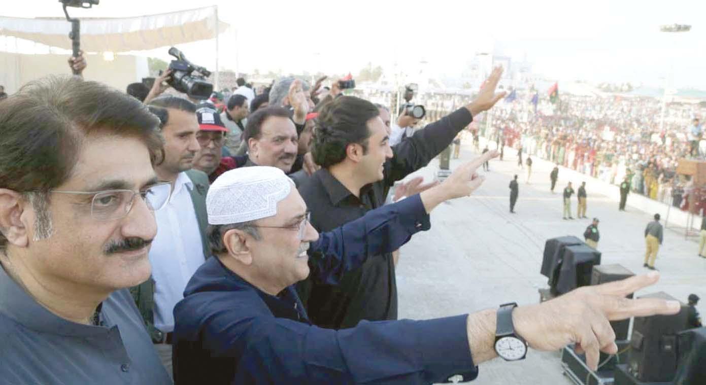 گڑھی خدا بخش: آصف علی زرداری اور بلاول زرداری ذوالفقار علی بھٹو کی برسی پر جلسے کے شرکا کو ہاتھ ہلا کر جواب دے رہے ہیں