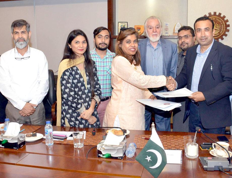 صدرکاٹی دانش خان اور آئی ایم کراچی کی ایگزیکٹیو ڈائریکٹر عنبرین کاظم دستخط کے بعد یادداشت کا تبادلہ کر رہے ہیں