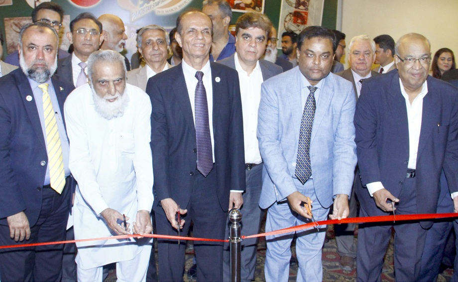 چیئرمین فیلیٹیلک اینڈ نیو میسمیٹک فورم عارف بالا گام والا پاکستان اسٹیمپ شوکا افتتاح کررہے ہیں
