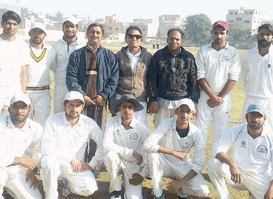 شیخ عبدالغفور کرکٹ ٹورنامنٹ میں شریک ٹیم کا توصیف احمد ،عتیق صدیقی ودیگر کے ساتھ گروپ فوٹو