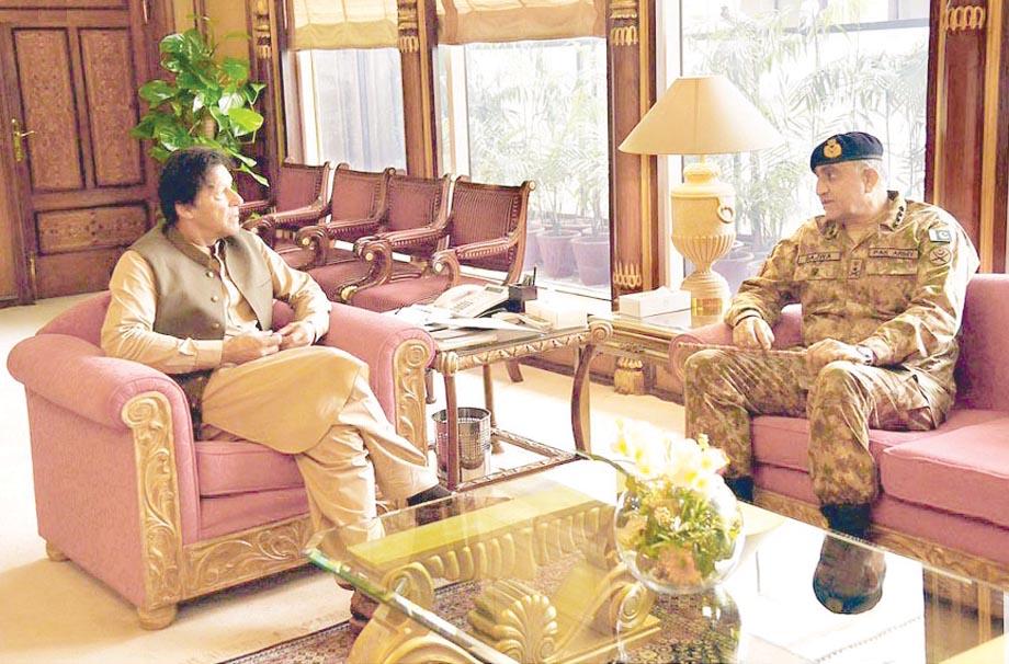 اسلام آباد: پاک فوج کے سربراہ جنرل قمر باجوہ وزیراعظم عمران خان سے ملاقات کررہے ہیں