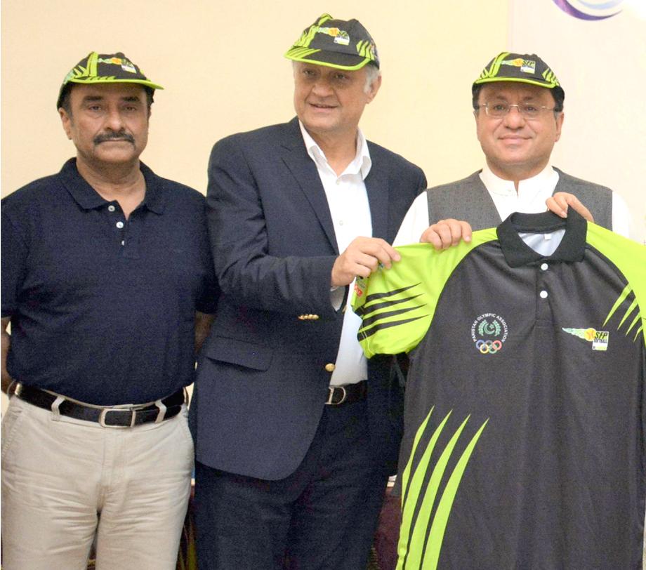 کراچی: سافٹ بال ٹورنامنٹ کے سلسلے میں پریس کانفرنس کے موقع پر اسپانسرز ٹی شرٹ دکھارہے ہیں
