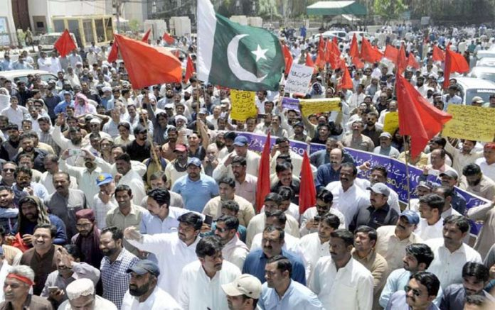لاہور،واپڈا ہائیڈرو کے ملازمین مطالبات کی عدم منظوری کے خلاف صوبائی اسمبلی کے سامنے احتجاجی دھرنا دیے بیٹھے ہیں