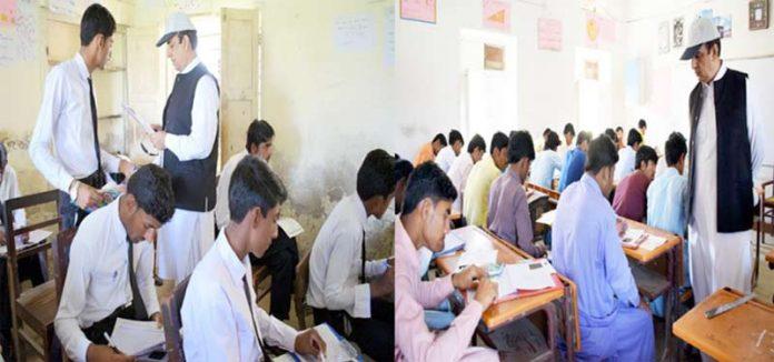 ڈپٹی کمشنر بدین ڈاکٹر حفیظ سیال میٹرک کے امتحانات کے دوران مختلف اسکولوں کا دورہ کررہے ہیں
