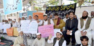 پشاور،نواحی علاقے کے مکین مطالبات کے حق میں پریس کلب کے سامنے مظاہرہ کررہے ہیں