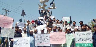 پشاور،فاٹا سیکرٹریٹ کے ملازمین مطالبات کے حق میں پریس کلب کے سامنے مظاہرہ کررہے ہیں